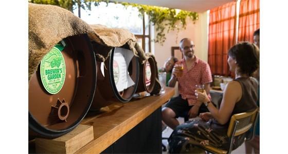 Drinkers-enjoying-stroud-beers